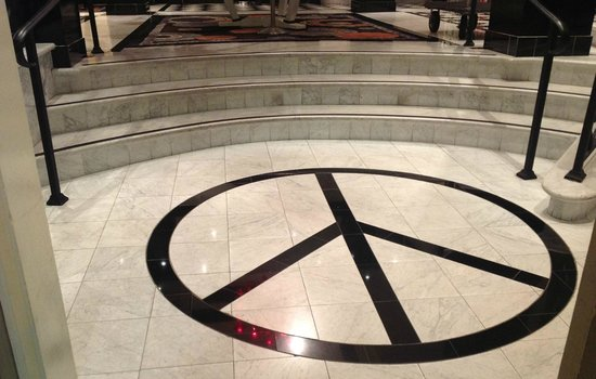 Berkeley, Kalifornien: Peace sign in tiled entryway