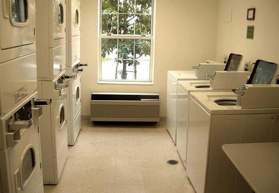 TownePlace Suites Los Angeles LAX/Manhattan Beach: Laundry Area