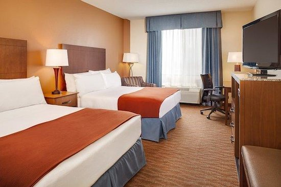 Holiday Inn Express Coralville: 2 Queen Beds Non-Smoking