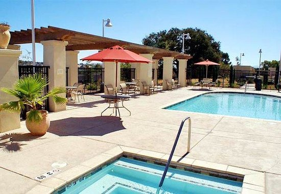 Courtyard by Marriott Paso Robles: Outdoor Pool & Whirlpool