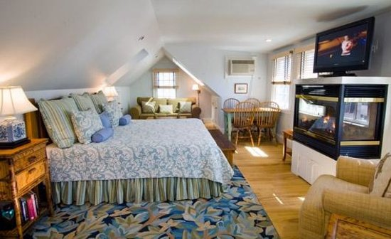 Gabriel's at the Ashbrooke Inn: Ariel Penthouse with spa bath, fireplace, king bed and private deck