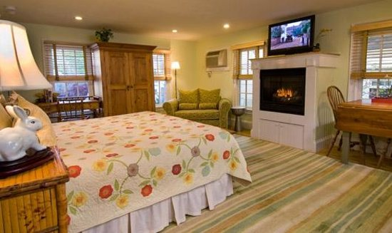 Gabriel's at the Ashbrooke Inn: The Willow suite with spa bathroom and fireplace