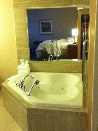Brampton, Kanada: king bed whirlpool tub.