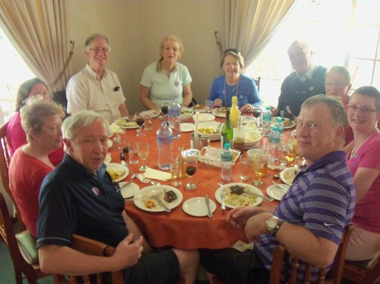 Oudtshoorn, Republika Południowej Afryki: Irish Group having lunch at Safari Ostrich Farm
