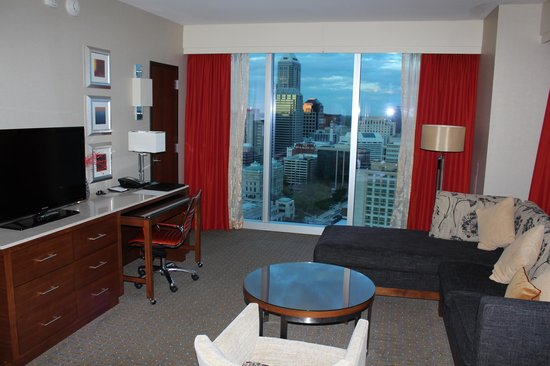 JW Marriott Indianapolis: Executive suite living room