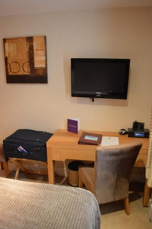 BEST WESTERN The Boltons : Basic writing desk, wall tv, iPod dock & suitcase holder!