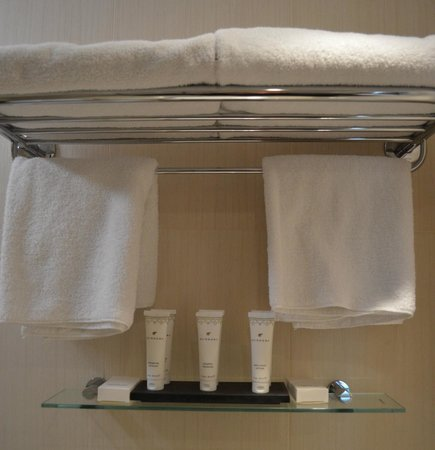 BEST WESTERN The Boltons : Ample toiletries, bath/hand/face towels.