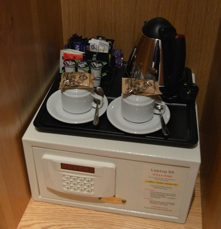 BEST WESTERN The Boltons : Clothes cupboard with tea/coffee/Cadbury Drinking Chocolate and personal safe!