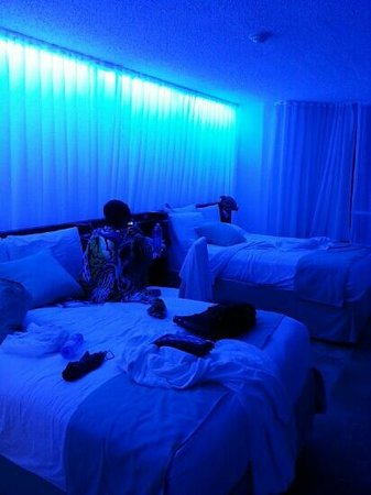 San Juan Water & Beach Club Hotel: super chic blue light ambience!