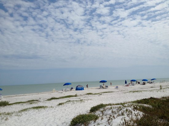 Sanibel Moorings: Beach in front of condo