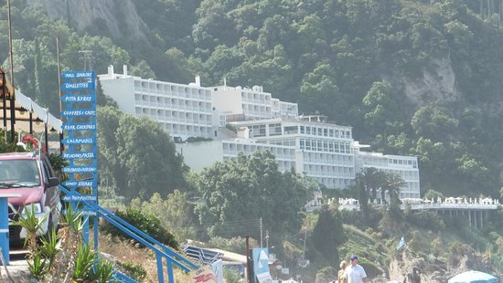 Aquis Agios Gordios Beach Hotel: The Hotel from the beach