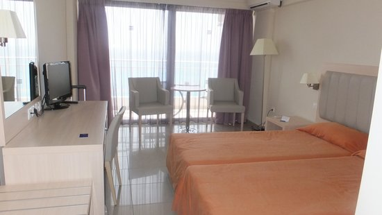 Aquis Agios Gordios Beach Hotel: Lovely bright spacious bedrooms