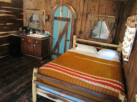 Seneca Rocks, WV: The newly renovated barn has a queen bed, a twin bed, private bathroom, and kitchenette.