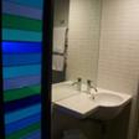 Jasper Hotel: Bathroom with blue louvres