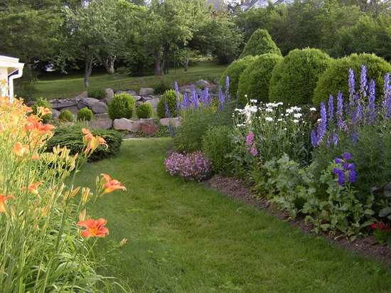 Lincolnville, ME: The Spouter Inn gardens