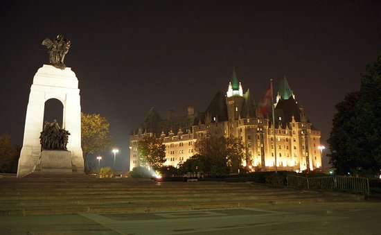 ‪‪Fairmont Chateau Laurier‬: Canadian War Memorial & Chateau Laurier‬