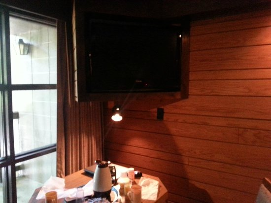 Riverhouse Motor Lodge: Tv/table corner area