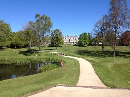 Auchterarder, UK: Impressive grounds surrounding the hotel