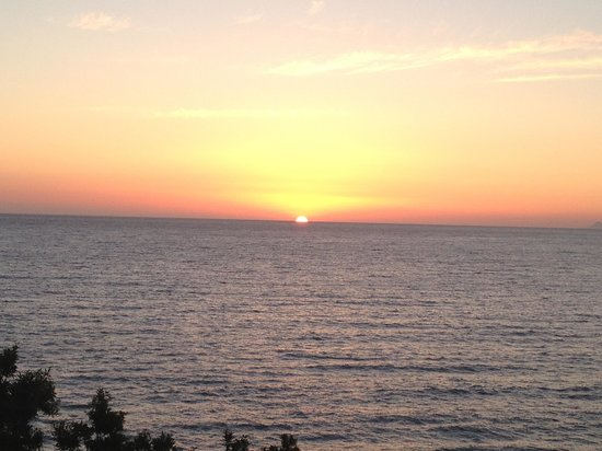 Aquis Agios Gordios Beach Hotel: Sunset from our hotel