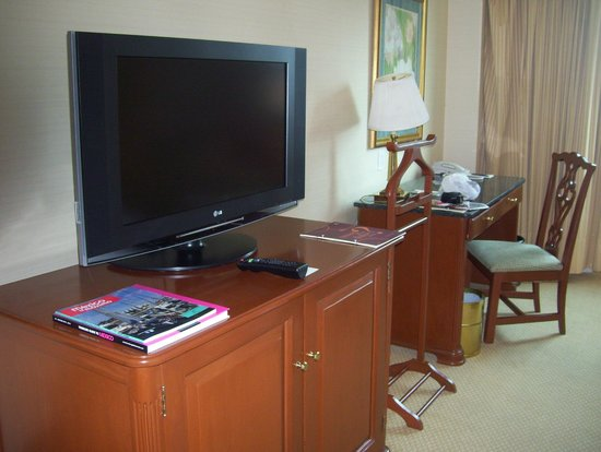 Sheraton Maria Isabel Hotel and Towers: tv and work station