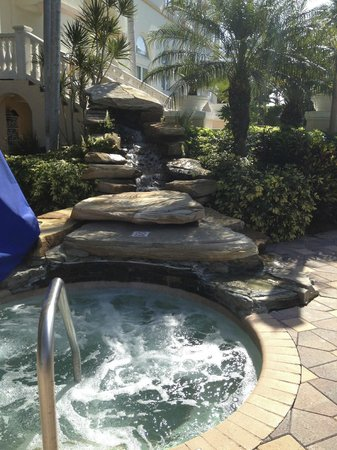 Hilton Naples: Hot tub in a quiet and sunny area