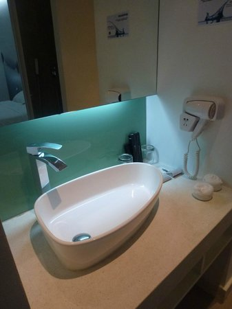 Lebiz Hotel & Library: bathroom