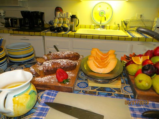 Key West Bed and Breakfast: Fresh baked breads and fresh fruit served daily