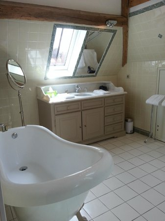Saint Regle, France: Thiis was only half the bathroom.  There was a large shower and separate toilet