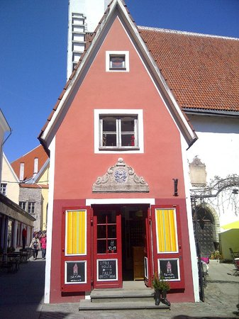 Tallinn Old Town: Nice little red house in the Old Townred house town