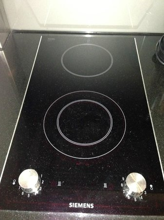 Adina Apartment Hotel Berlin Hauptbahnhof: ELECTRIC COOKTOP
