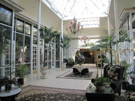 The Horton Grand Hotel and Suites: Hotel Entrance - a lovely atrium