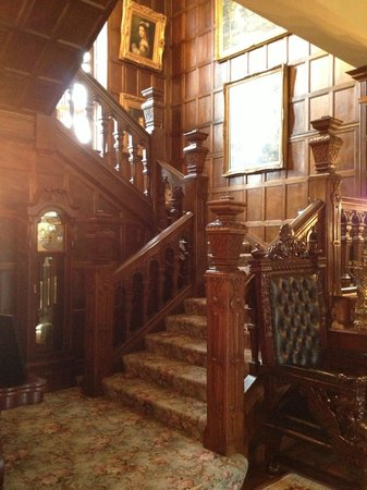 Thornewood Castle Inn and Gardens: 400 year old banister!