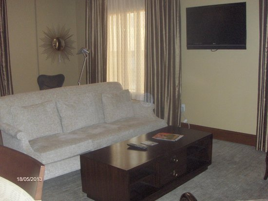 Hilton Garden Inn Palm Beach Gardens: Living area in the Penthouse suite
