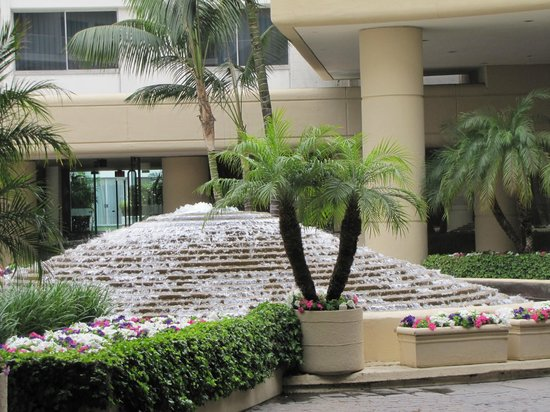 The Beverly Hilton: Hotel entrance-way