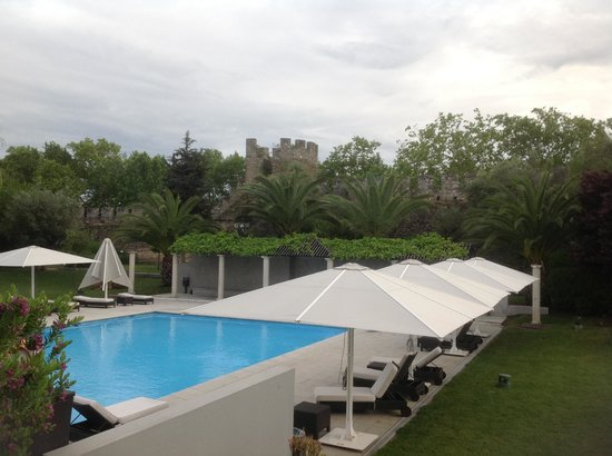 M'AR De AR Muralhas : Lovely pool area with view of the historic city wall