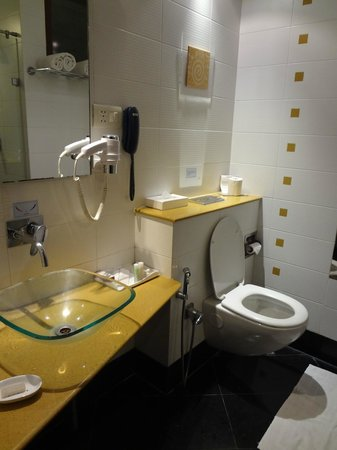 Hotel Atithi: clean bathroom