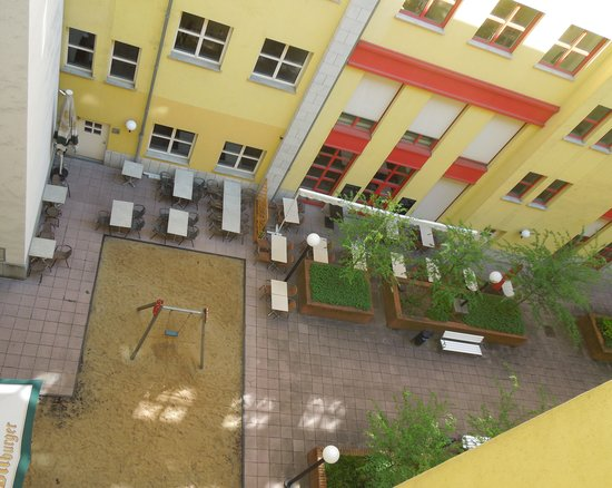 Mercure Hotel & Residenz Berlin Checkpoint Charlie : View from our room to inner courtyard