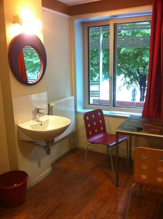 St Christopher's Paris Hostel: Sink and mirror in all female dorms