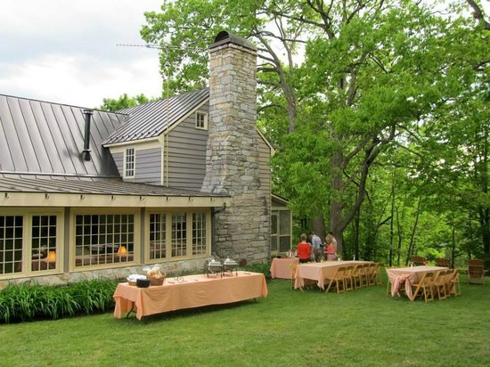 The Inn at Vaucluse Spring: Picnic supper outside Chumley Homeplace