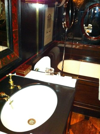 Blakes Hotel: posh bathroom