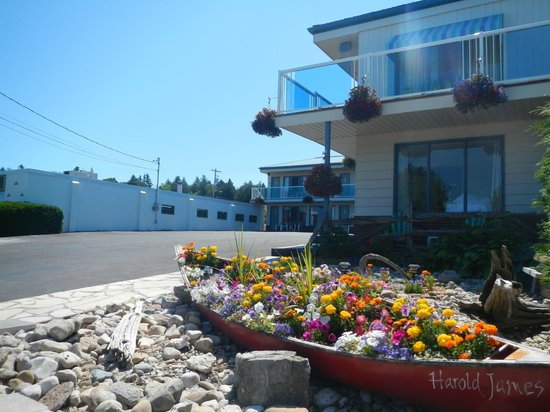 Blue Bay Motel: Harold James welcomes you
