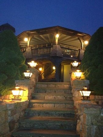 Land's End Inn: walking up front entrance from dinner