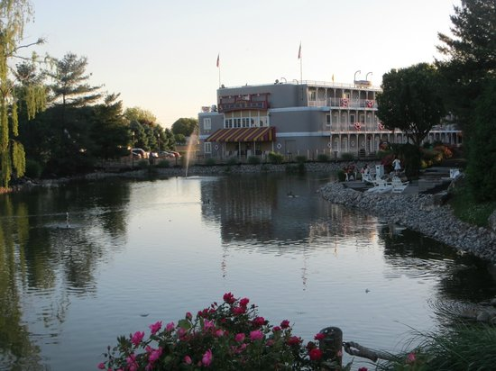 Fulton Steamboat Inn: The view of the hotel from the fish/duck pond