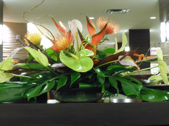 Holiday Inn Waikiki Beachcomber Resort Hotel: Flower arrangement int the reception area