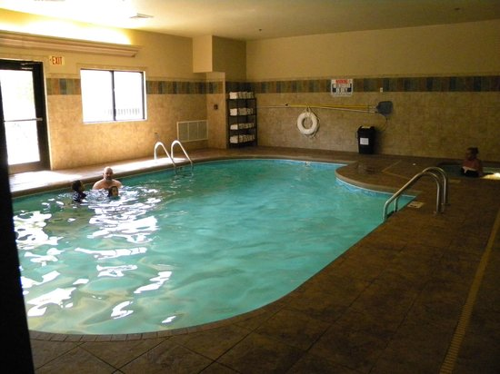 Brookstone Lodge: Nice pool but small, anymore than 10 people would be crowded.