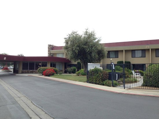 Red Roof Inn Fresno - Yosemite Gateway: View at the hotel from the parking lot