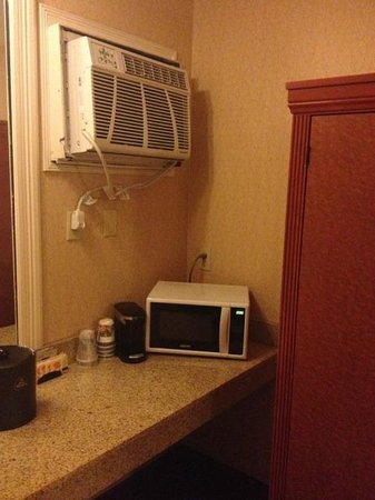 BEST WESTERN PLUS Anaheim Inn: Wall a/c and Microwave