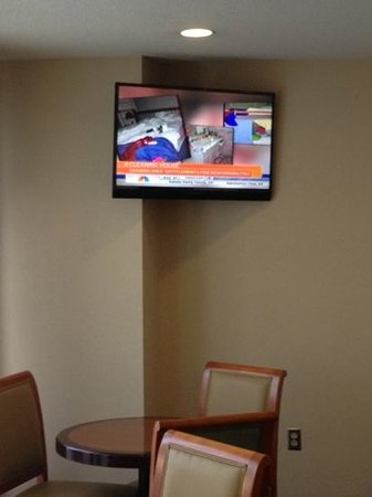 Ramada Limited Columbia: lobby TV in the breakfast bar area