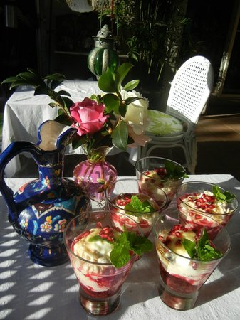 Noosa Valley Manor B&B: Gorgeous organic berry bircher yoghurt & pomegranite