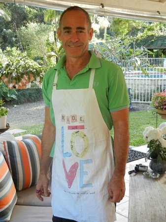 Noosa Valley Manor B&B: Your host Roberto in Breakfast mode